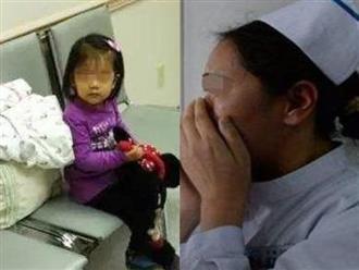 Thấy bé gái ngồi chờ mẹ ngoài phòng sinh, y tá đến hỏi thì nghe được câu trả lời quá xót xa