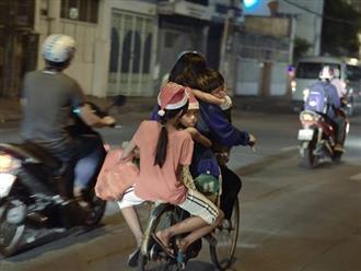 Mẹ chở 3 con trên xe đạp cũ trước đêm Noel, chi tiết này khiến bao người rơi nước mắt