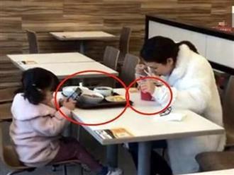 Hình ảnh mẹ ăn mì gói còn con gái thưởng thức bữa trưa đắt tiền khiến dân mạng tranh cãi: Mẹ thương hay đang dạy hư con?