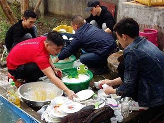 Bức ảnh cánh mày râu xắn tay áo rửa bát hậu đám cưới ở Thái Bình gây 'bão' mạng