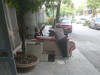 Bức ảnh phụ nữ đam mê 'buôn dưa lê, bán dưa chuột' bất chấp tuổi tác gây 'bão' mạng vì quá đáng yêu