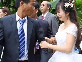 Khoảnh khắc cô dâu khóc nức nở, níu chặt tay cha khi về nhà chồng khiến bao người xúc động