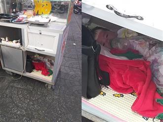 Xúc động hình ảnh em bé ôm bình sữa, ngoan ngoãn nằm dưới hộc xe đẩy đợi mẹ bán bánh mưu sinh