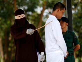 Hình phạt hà khắc trên hòn đảo ở Indonesia, công khai đánh roi nếu ngoại tình hoặc nắm tay âu yếm, quan hệ tình dục trước hôn nhân