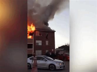 Hỏa hoạn dữ dội, mẹ đánh liều ném con 1 tuổi từ tầng 3 xuống đất