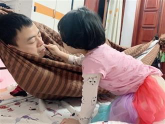 Bố đang ngủ thì bị con gái lấy nửa lọ kem bôi lên mặt, biết lý do liền tan chảy trái tim vì quá ngọt ngào