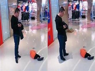 Không được mua búp bê, bé gái nằm lăn ra sàn trung tâm thương mại ăn vạ nhưng cách xử lý bá đạo của ông bố mới gây bão