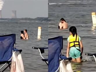 Đôi nam nữ vô tư 'mây mưa' giữa biển trước mặt trẻ em gây bức xúc