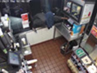Video: Có súng trong tay, tên cướp mù công nghệ vẫn nhận cái kết cay đắng