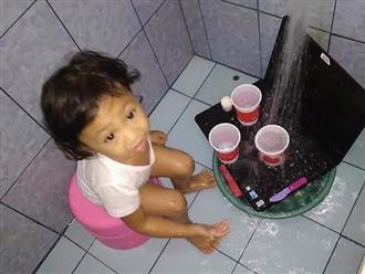 Mang laptop ra 'tắm rửa' sạch sẽ, cô bé ngây thơ khiến bố mẹ vừa 'bốc hỏa' vừa không thể nhịn cười