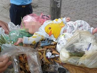 """Hà Nội: Bé trai kháu khỉnh bị người thân """"bỏ quên"""" trên thùng rác giữa phố"""