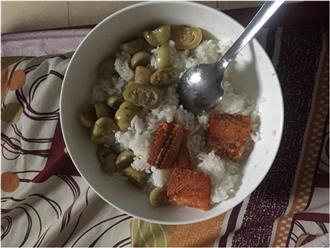 Mẹ chồng nấu cơm ở cữ cho con dâu chỉ có cà muối và cá khô khiến chị em dậy sóng tranh cãi