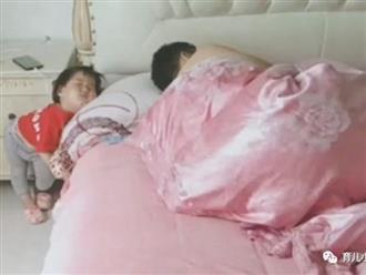 """Mẹ tức """"xì khói"""" khi vào phòng nhìn thấy tư thế và vị trí ngủ """"một trời một vực"""" của bố và con gái"""