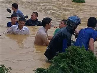 Ngập lụt kinh hoàng, người dân vật lộn cứu hàng loạt xe máy chìm nghỉm giữa sân trường