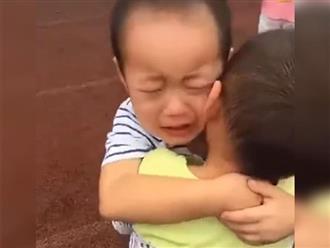 Hai cậu bé ôm nhau khóc nức nở giữa sân trường, cô giáo ngơ ngác rồi bật cười ngặt nghẽo khi biết lý do