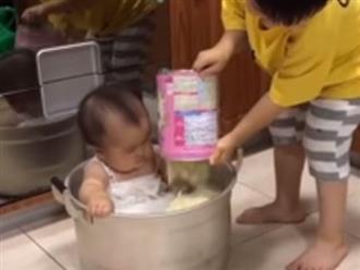 Nghe lời bố mẹ ở nhà pha sữa cho em gái uống, nhìn cách anh trai thực hiện mà bố mẹ chỉ còn biết câm nín