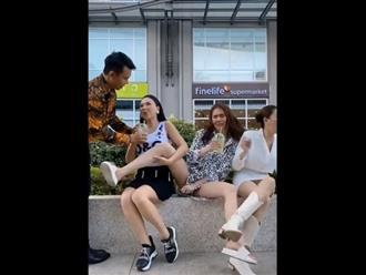 Ngọc Trinh dạng chân, lấy tay cố che chỗ nhạy cảm trong clip vui đùa cùng hội chị em bạn dì