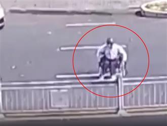 Ngồi xe lăn loay hoay sang đường khiến ai cũng thương, người đàn ông bất ngờ tung cú twist khiến dân tình cạn lời