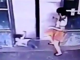 Người phụ nữ giơ chân đá bé gái ngã dúi dụi, tưởng việc làm mất nhân tính nhưng lại là hành động cứu mạng đứa trẻ