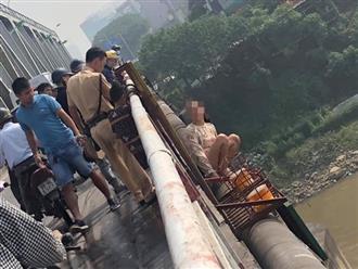 Mẹ bế con lên cầu Chương Dương định nhảy sông tự tử được CSGT cứu giúp