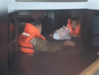 Nhói lòng tiếng khóc của bé sơ sinh khi được giải cứu khỏi ngôi nhà ngập nước lũ