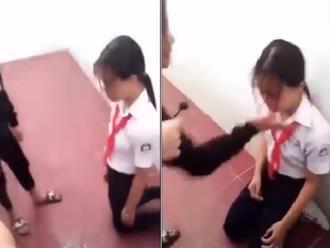Nữ sinh lớp 8 bị các bạn bắt quỳ gối, đánh đập dã man trong nhà vệ sinh