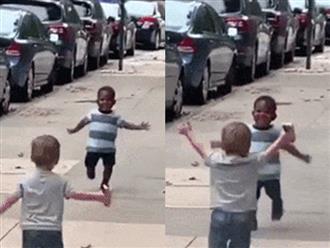 Khoảnh khắc đáng yêu của hai bé trai khiến hàng triệu trái tim tan chảy
