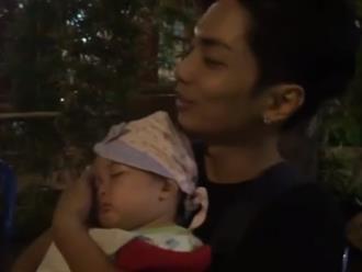 'Ông bố bỉm sữa' Phan Hiển vừa nhậu vừa chăm con gái quá khéo