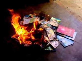 Phẫn nộ với cách đánh vần mới, phụ huynh đốt sách giáo khoa của con