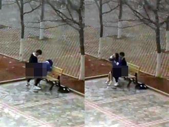Cặp đôi sinh viên 'mây mưa' trên sân trường, say sưa thay đổi tư thế khiến người xem choáng váng