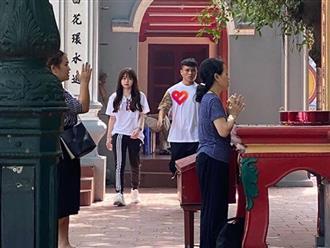 """Quang Hải - Huỳnh Anh dắt tay nhau đi lễ Phủ Tây Hồ, chính thức trả lời thắc mắc """"tình về nơi đâu"""" của dân mạng"""