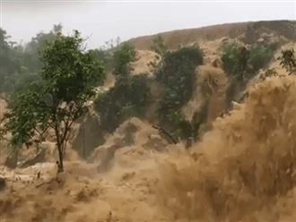 """Clip: Cảnh sạt lở, mưa lũ chảy ầm ầm ở Sơn La """"nóng"""" trên mạng xã hội"""