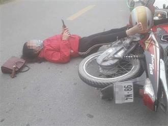 Đôi nam nữ nằm giữa đường bấm điện thoại sau va chạm giao thông