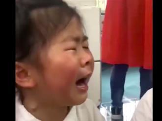 Bé gái mẫu giáo khóc lóc thảm thiết khi phải lên học tiểu học