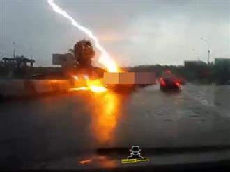 Nữ tài xế may mắn sống sót khi ô tô đang chạy trên đường bị 2 tia sét đánh trúng