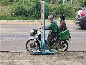 Không muốn phụ thuộc con cái, đôi vợ chồng già làm shipper khiến dân mạng cảm động
