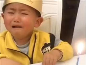 Bé trai khóc hết nước mắt trong tiệc sinh nhật vì chiếc bánh kem bá đạo từ bố