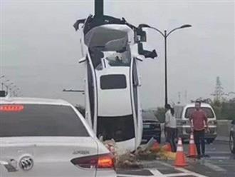 Nữ tài xế mất lái tự gây tai nạn, xe ô tô dựng thẳng đứng trên cột biển báo