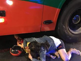 Xót xa cảnh mẹ ôm con gái đang hấp hối gào khóc thảm thiết vì bị xe khách cán qua người