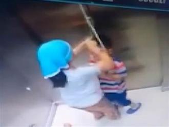 Bé trai vô tình bị siết cổ trong thang máy, chị gái nhanh trí cứu em thoát chết