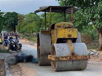 Đang chạy xe máy thì ngã xuống đường, nữ công nhân bị xe lu cán tử vong