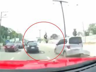 Vừa sang đường vừa nghe điện thoại, người phụ nữ bị xe ô tô đâm văng hàng chục mét