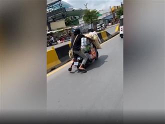 Thanh niên chạy xe ngồi chênh vênh suýt rớt xuống đường, nhìn lên phía trước dân tình thực sự cạn lời