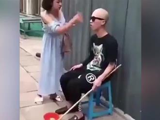Thanh niên giả mù ăn xin bị cô gái lật tẩy