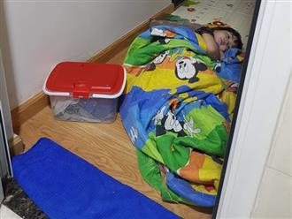 Thấy mẹ đi vệ sinh, bé 3 tuổi vội vàng ôm chăn gối ra nằm trước cửa, nghe con nói lý do mà mẹ cười chảy nước mắt