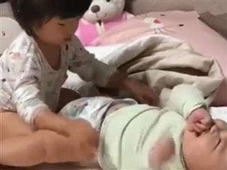 Nhờ con gái 3 tuổi thay tã cho em trai, mẹ sốc nặng khi thấy hành động tò mò của cô bé