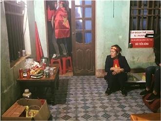 Mẹ Bùi Tiến Dũng lặng lẽ ngồi góc nhà cầu nguyện cho con, không dám xem trận đấu khiến nhiều người xót xa