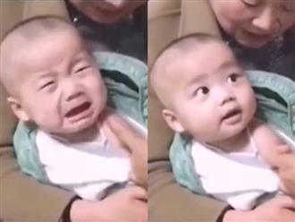 Đang khóc vật vã vì bị tiêm, bé trai lập tức bật chế độ 'háo sắc' khi thấy mặt của cô y tá