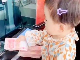 Hành động của bé gái 4 tuổi tại ngân hàng khiến nhiều người lớn phải tròn mắt ngạc nhiên
