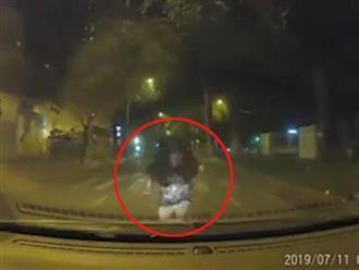 TP.HCM: Clip cô gái lao đầu vào ô tô tự tử, nghi do cãi nhau với bạn trai